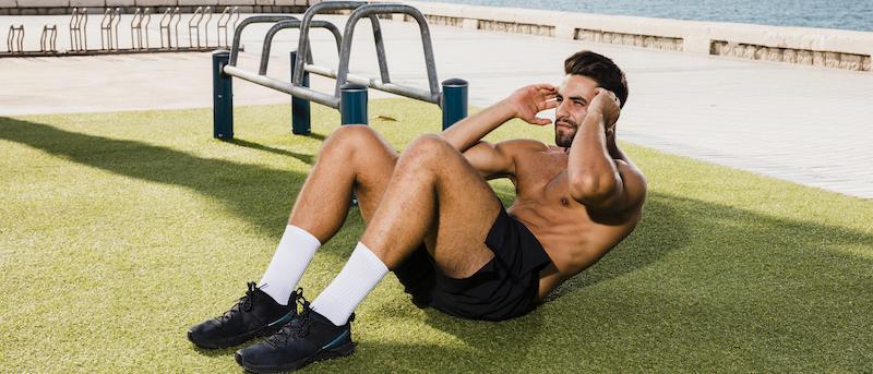 junger mann macht Bauchmuskeltraining auf dem Boden