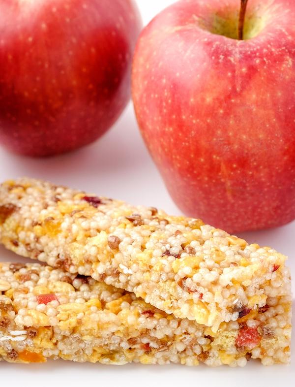 Apfel und Müsliriegel als gesunde Ernährung zur Behandlung von Unterzuckerung