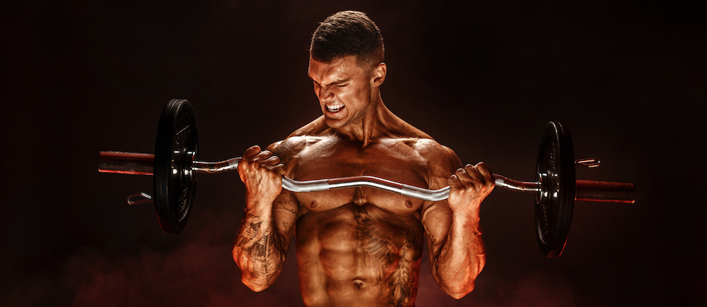 bodybuilding mann trainiert seinen Körper mit Langhantel und Krafttraining