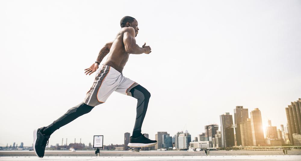 junger mann training jogging zum abnehmen und Muskelaufbau