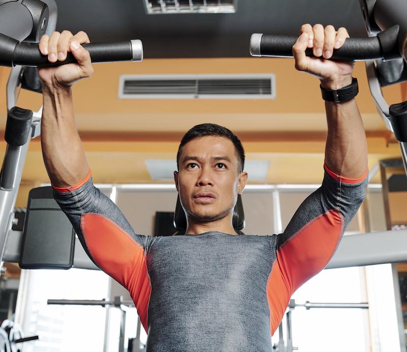 starker mann trainiert seine Brustmuskeln