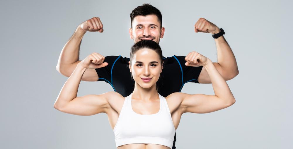 mann und frau zeigen ihre Muskeln