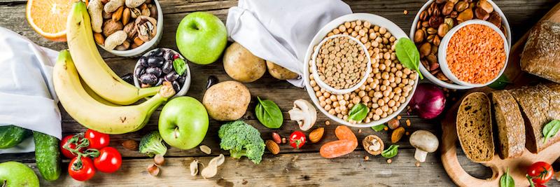 Verschiedene Lebensmittel mit vielen Kohlenhydtrate auf Holztisch