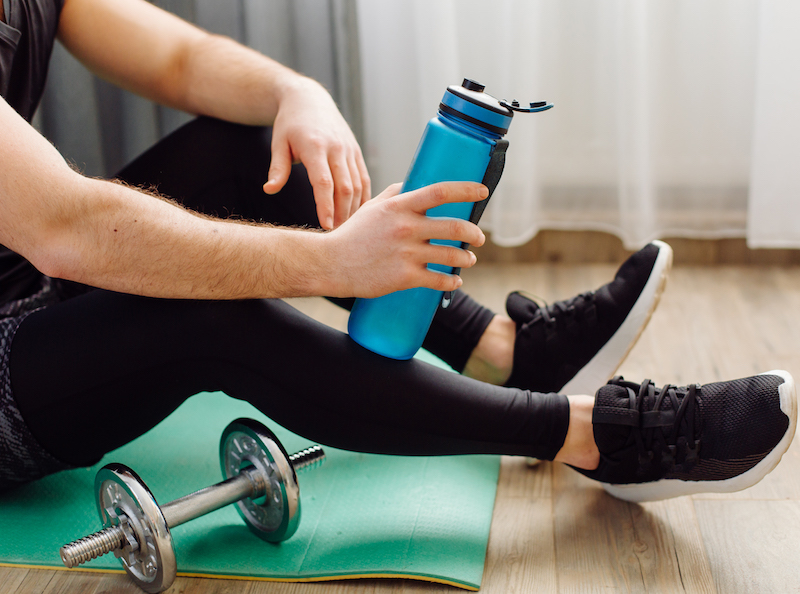 mann macht eine Pause beim workout zuhause