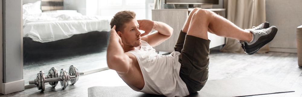 junger mann macht krafttraining workout zuhause