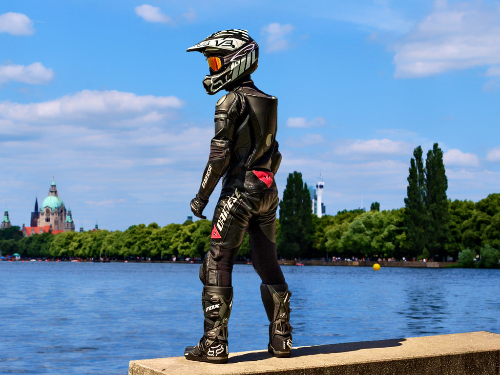 Mann mit Motorradlederkombi