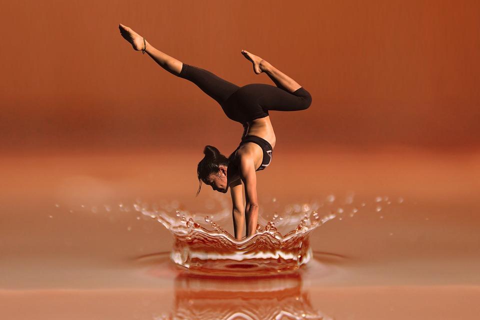 Diese Frau ist Selbstbewusst bei der Ausführung dieser Yoga Übung