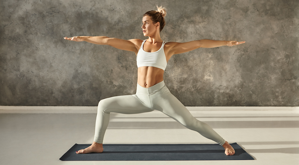 Der Krieger Virabhadrasana yoga übung für rückenschmerzen loswerden