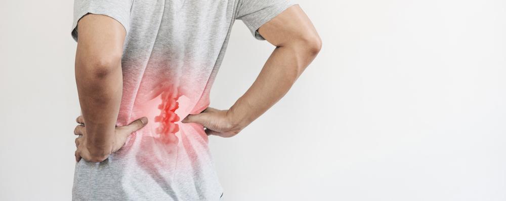 mann hat kreuzschmerzen im unteren Rücken rot veranschaulichung