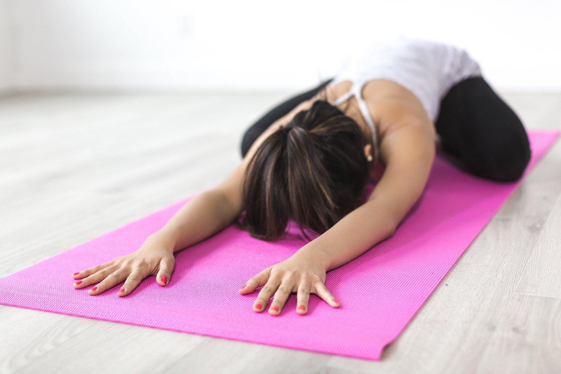 Frau bei Yoga-Übung
