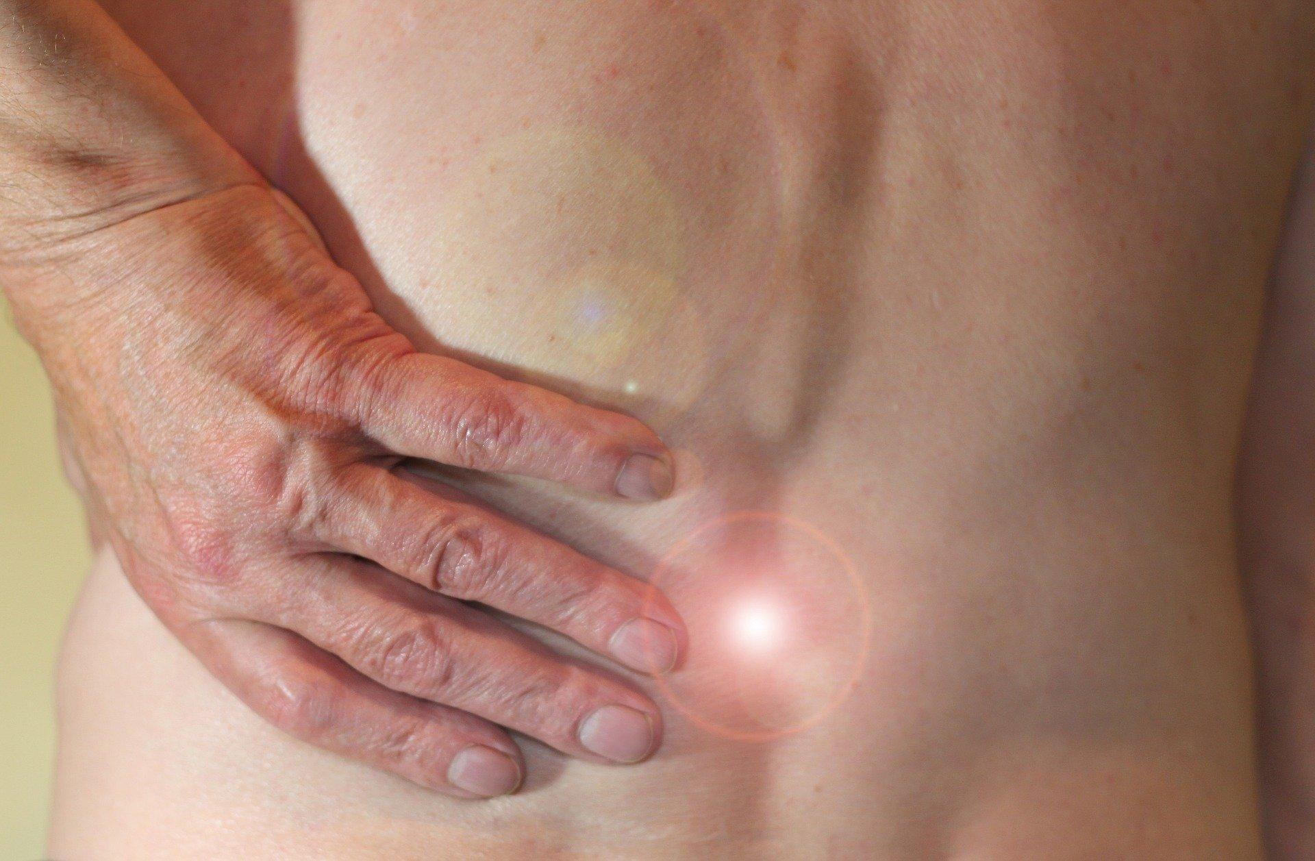 Mann leidet unter Hexenschuss im unteren Rückenbereich
