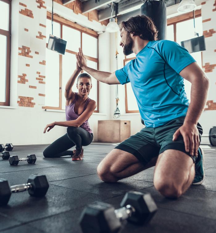 frau und mann geben high five nach kraftsport workout