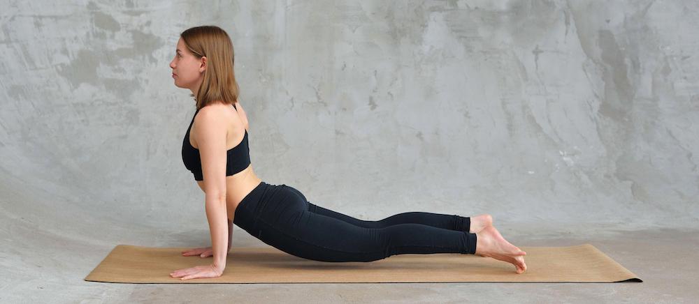 kobra Bhujangasana yoga übung für rückenschmerzen loswerden