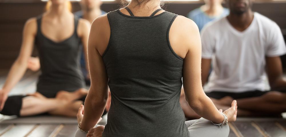Gruppe macht Yoga Übungen als Rückenschule