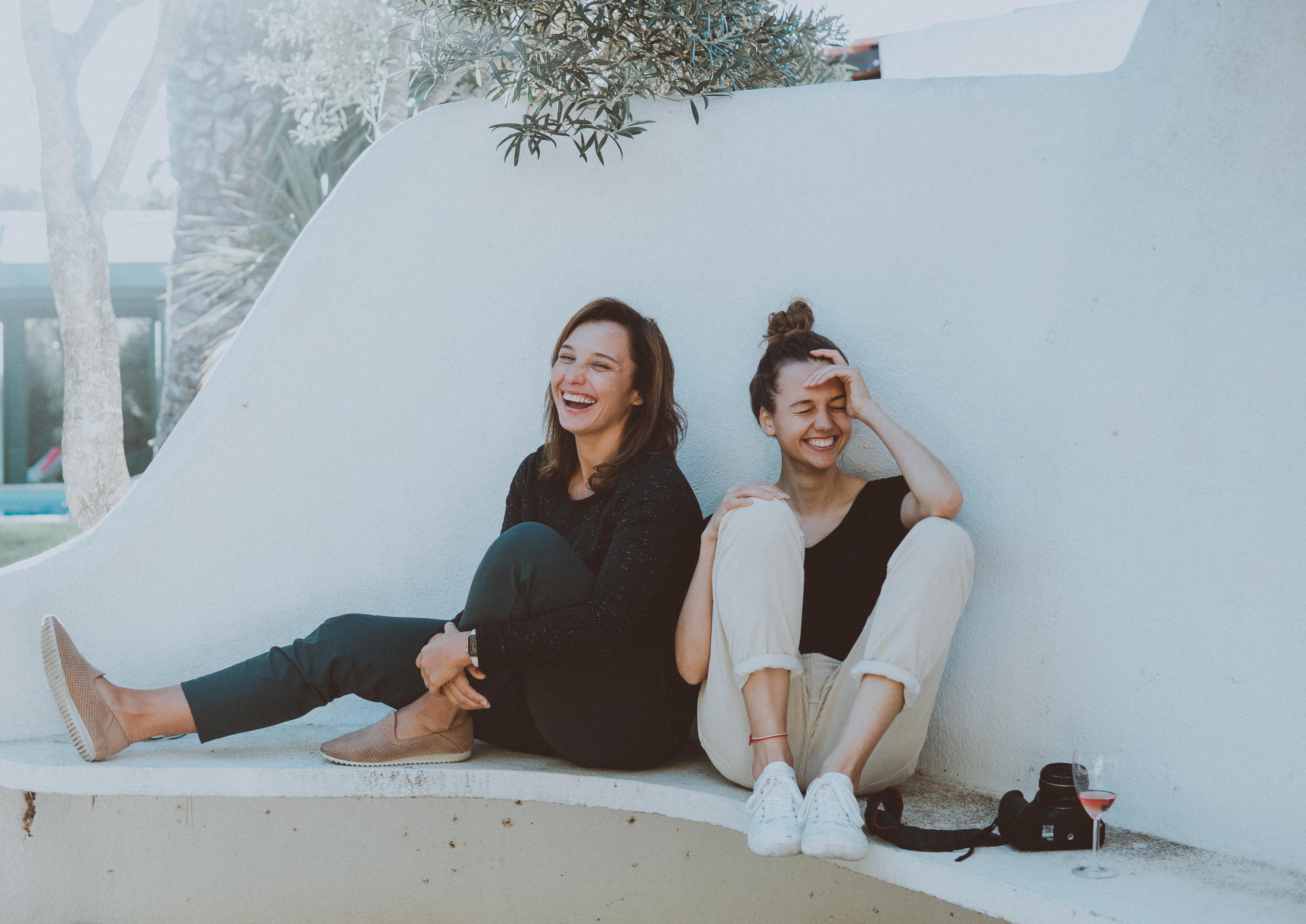 lachende und fröhliche Damen
