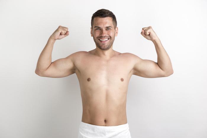 Mann ist glücklich wegen seinem Körper