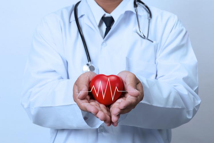 Arzt mit Herz in der Hand