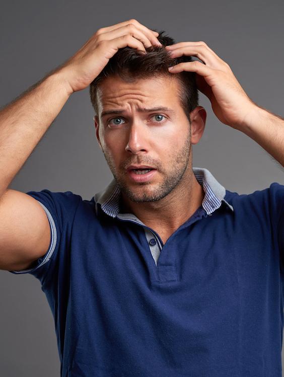 Junger Mann möchte Haarausfall stoppen