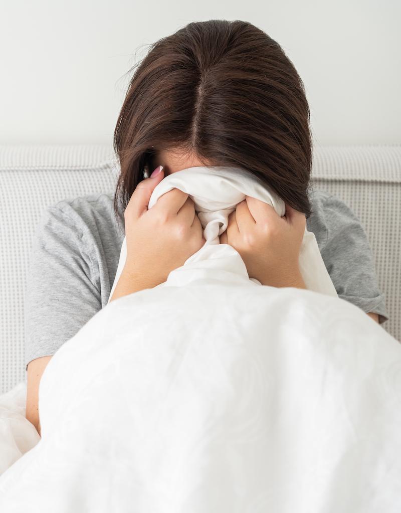 Frau mit starken Schlafstörung