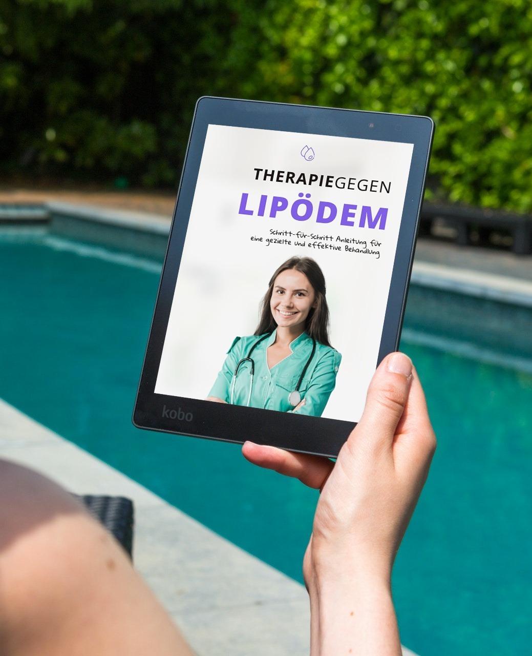 Frau neben Schwimmbad hält ebook Therapie gegen Lipödem