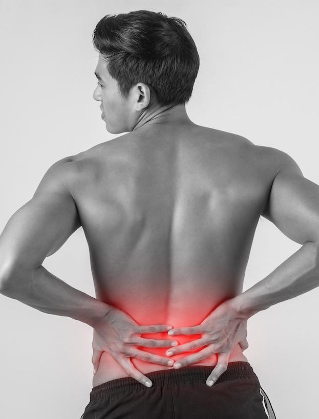 Mann mit starken Rückenschmerzen