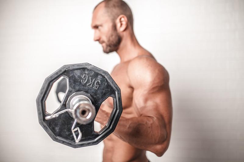 Mann mit wenigen Gewichten