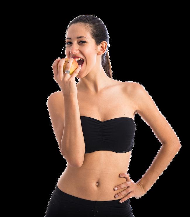 Sportliche Frau ernährt sich gesund mit Apfel
