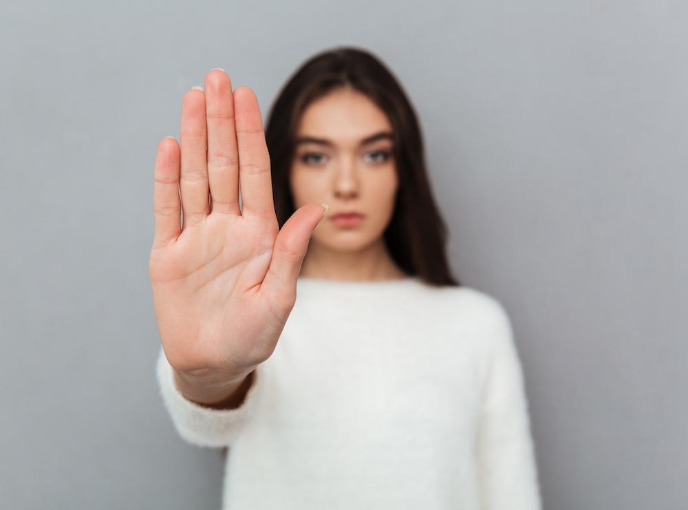 Nahaufnahme Frau zeigt stop Geste mit Hand