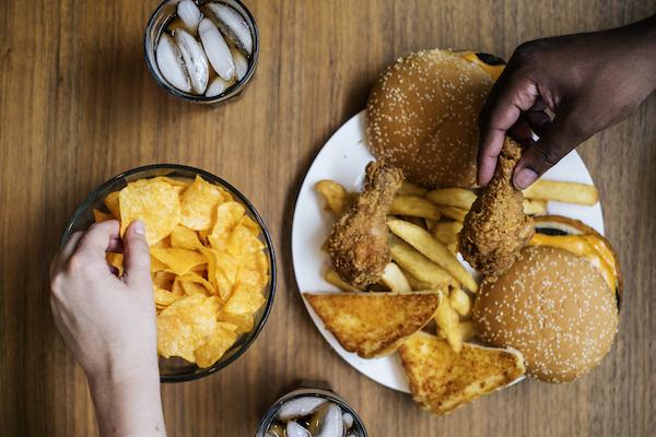 grosser-teller-mit-junk-food
