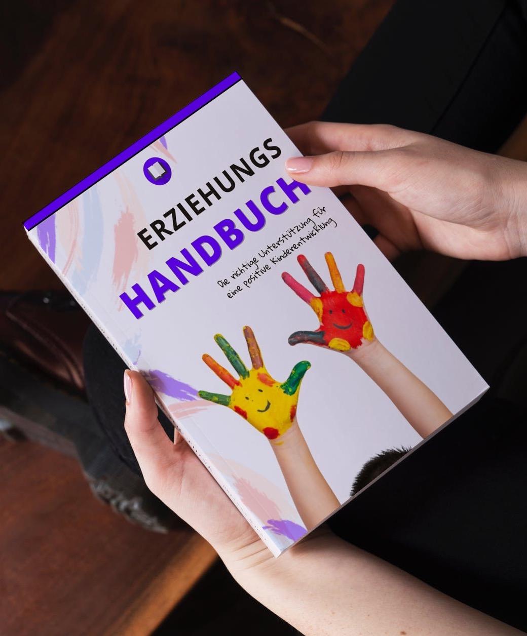 Frau hält das Erziehung Handbuch in den Händen