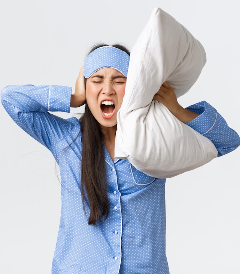 Frau leidet an Schlafproblemen kann nicht einschlafen