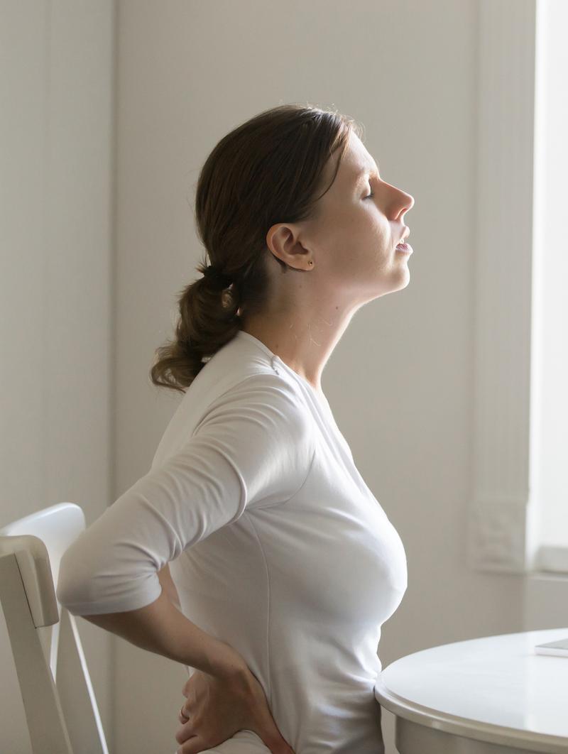 Frau mit starken Kopfschmerzen