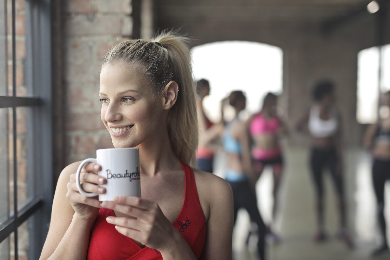 Glückliche Frau im Yoga-Studio