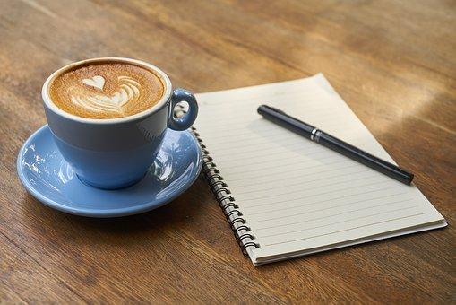 Kaffee und Notizblock