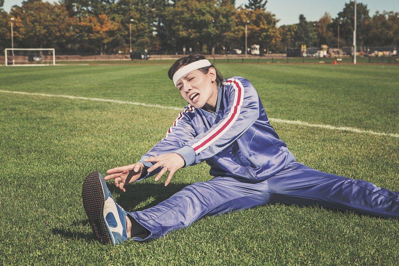 Frau quält sich beim Sport