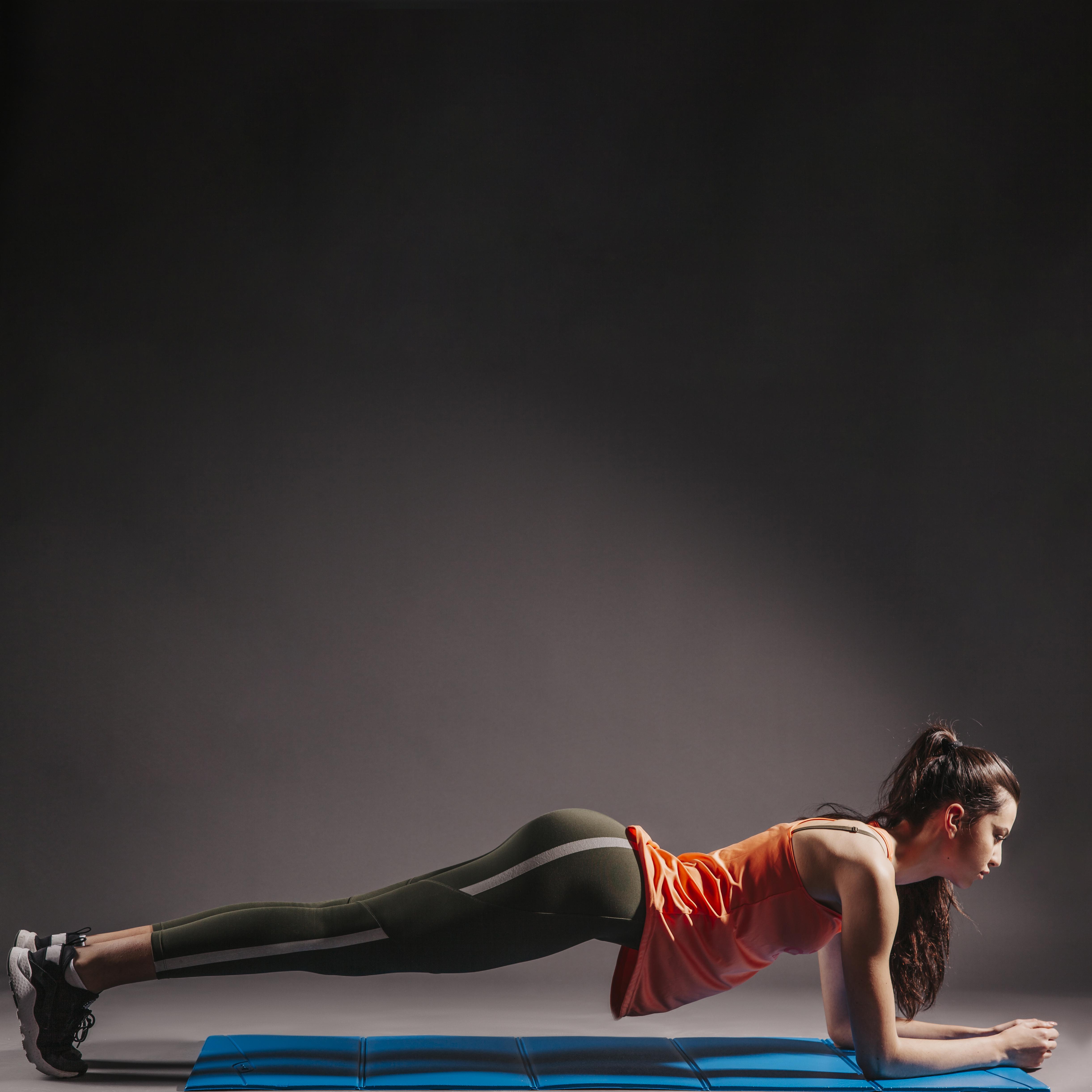 junge Frau macht Plank