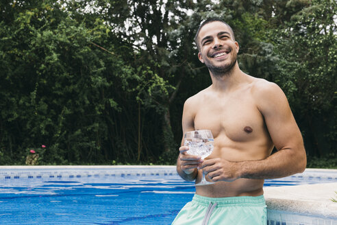 Mann im Pool