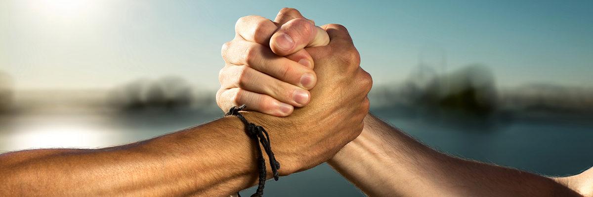 Zwei Männerhände