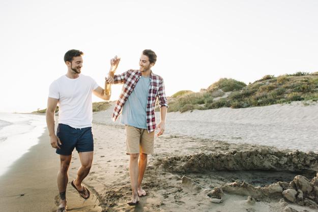 Zwei Freunde am Strand