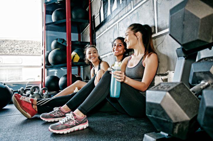 3 Frauen im Fitnesstudio
