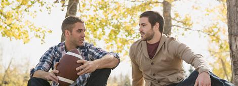 Zwei Männer sitzend im Wald