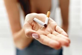 Frau hat eine Zigarette zerbrochen und will sich endlich vom Gift reinigen