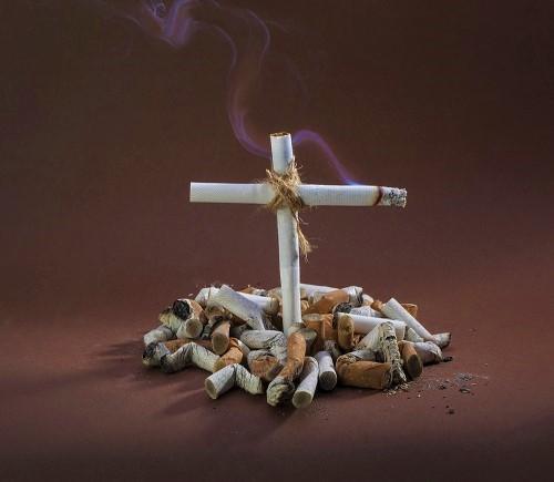 Grabkreuz aus Zigaretten - Frühzeitiger Tod ist eines der vielen Gefahren des Rauchens