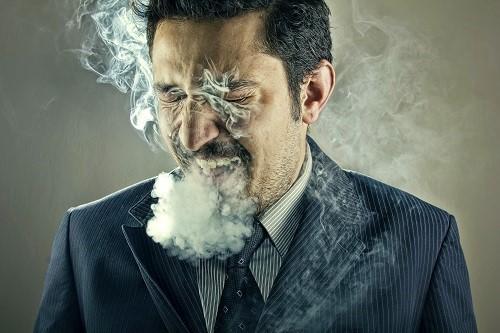 Starker Raucher erleidet Symptome einer Nikotinvergiftung und hustet