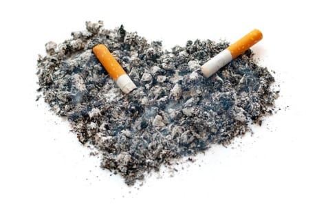 Zigarettenasche formt ein Herz