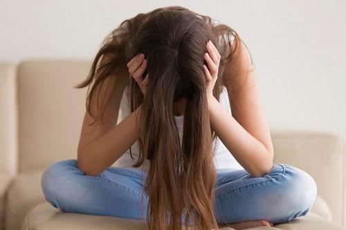 Frau kämpft mit Kopfschmerzen als Folge vom Nikotinentzug