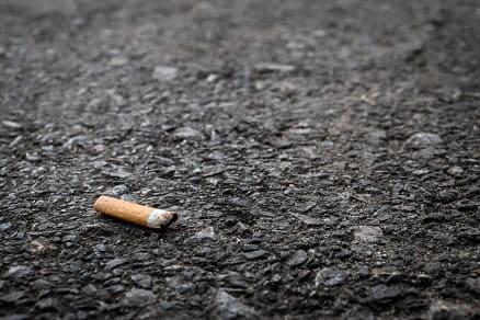 Zigarettenstummel auf der Straße