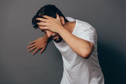 Mann durchlebt einen Rauchentzug und spürt Nebenwirkungen wie Schwindel
