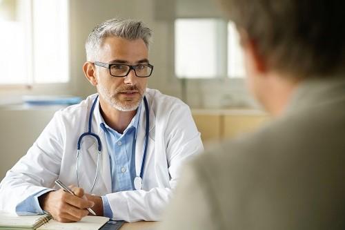 Mann hat ein Gespräch mit dem Arzt