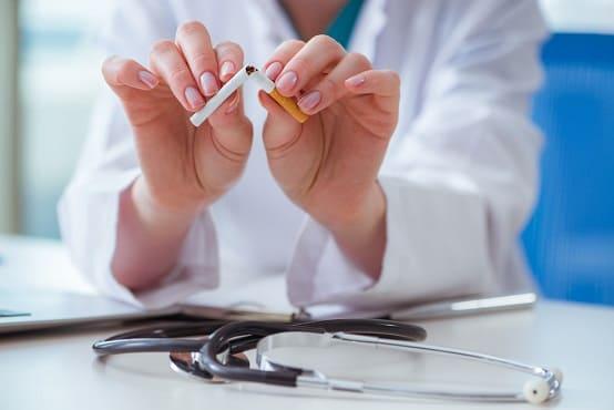 Forscher zerbricht Zigarette